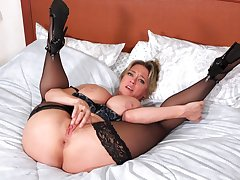 Dee Williams mien smoking hot in lingerie while she's masturbating
